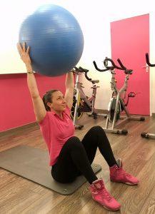 exercices d'abdominaux avec gym ball