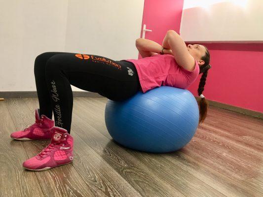 exercices abdominaux swiss ball