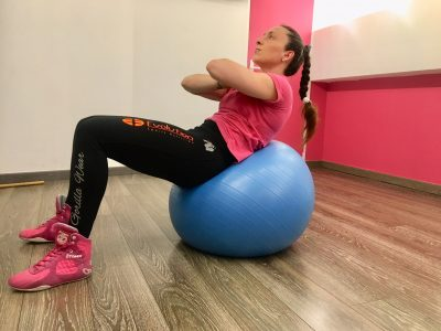 exercices abdos avec ballon